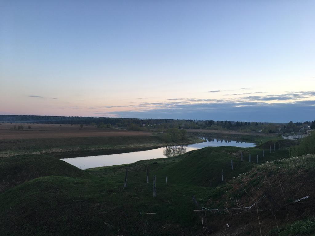 курганы и вид на Москва-реку